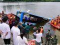 Autobusi bie nga ura dhe përfundon në ujë, të paktën 21 persona të vdekur e 15 të plagosur
