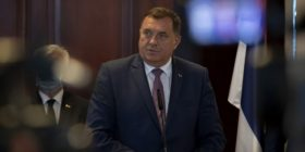 Dodik del jashtë kontrollit: Jam krenar që i kam mbrojtur Karaxhiqin dhe Mlladiqin (Video)