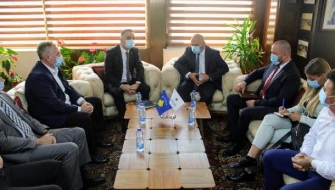 Gjini merr mbështetje nga Tahiri për projektet e Komunës së Gjakovës