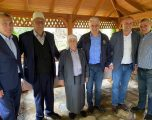 Ish-Kryeministri i Shqipërisë shkon në konak të Presidentit, i takon prindërit e Thaçit