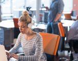 Çka mund të bëni kur ndiheni të vetmuar në punë?