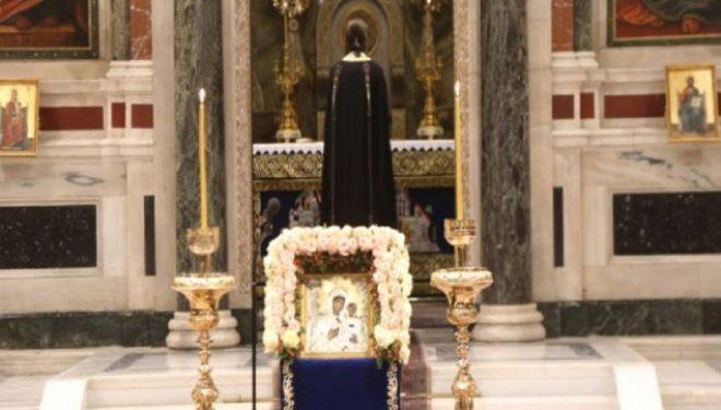 """Prifti fton besimtarët të heqin maskat: """"Virgjëresha Mari dëshiron të na i shohë fytyrat"""""""
