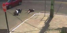 Pas përplasjes me makinë, gruaja përfundon në kanalizim- video