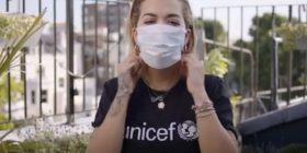 Rita Ora me mesazh për Kosovën, bën thirrje që të mbrohen fëmijët nga COVID–19