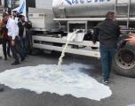 """Bllokohet rrethi i """"Dragodanit"""", fermerët derdhin qumështin në rrugë"""