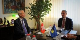 Lumezi priti në takim ambasadorin zviceran, vlerësohet bashkëpunimi i deritanishëm