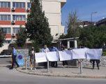 """""""Mos i jep zemër dhunuesit"""", protestohet para Prokurorisë për gratë e vrara"""