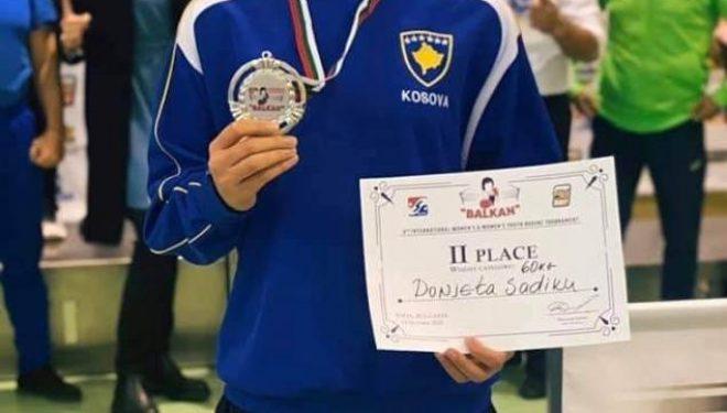 Donjeta Sadiku fiton medaljen e argjendtë në turneun e boksit në Bullgari