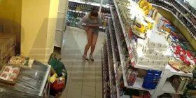 Shikoni si vjedh kjo ruse pa u vërejtur në dyqan – (video)