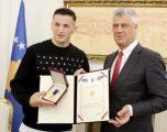 Thaçi dekoron Krasniqin me Medaljen Presidenciale të Meritave