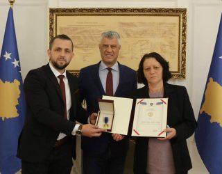 """Thaçi dekoron me urdhrin """"Hero i Kosovës"""" tre dëshmorë të UÇK-së"""