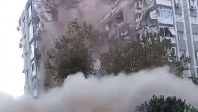 Momenti kur shembet ndërtesa në Izmir të Turqisë