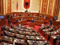 Opozita parlamentare në Shqipëri kërkon rezolutë që dënon gjenocidin e kryer në Kosovë