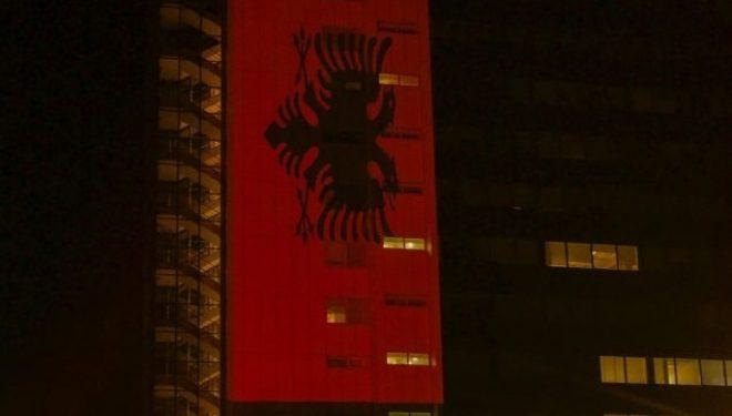 Ndërtesa e Qeverisë së Kosovës ndriçohet Kuq e Zi