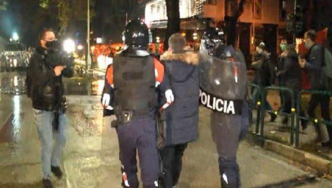 Policia shpërndan protestuesit te kryeministria, shoqërohen disa persona