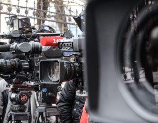 Gazetarët, kameramanët dhe fotoreporterët mund të aplikojnë për vaksinim me prioritet