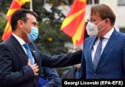 Kryeministri i Maqedonisë së Veriut, Zoran Zaev dhe komisionari për Zgjerim, Oliver Varhely. Shkup, 7 tetor, 2020.