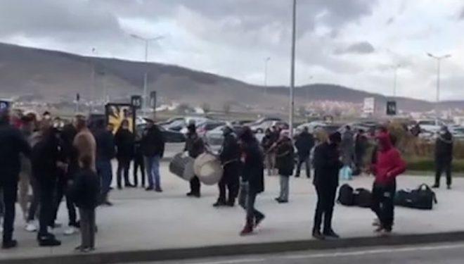 Pritja e bashkatdhetarëve me tupana e valle në Aeroportin e Prishtinës (Video)