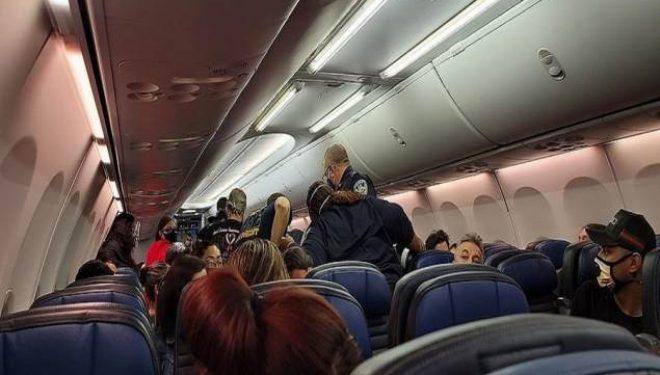 Kaos në bordin e avionit, pasagjeri me COVID-19 ndërron jetë (Foto)