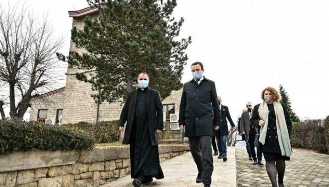 Kurti për Krishtlindje viziton familjen e parë të prekur me Covid-19 në Kosovë