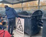 """Dardan Molliqaj në aksionin e PSD-së, ku shihet fytyra e Kurtit në """"shportë të riciklimit"""""""