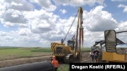 """Foto gjatë punimeve për ndërtimin e """"Rrjedhës Turke"""" në Vojvodinë."""