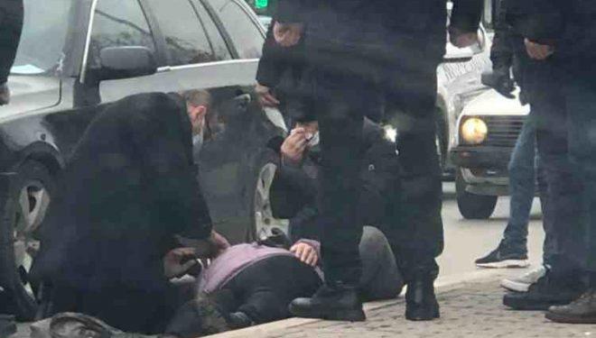 Ish-deputeti i PDK-së i jep ndihmën e parë gruas që u godit nga vetura në Prishtinë
