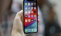Paralajmëron Apple: Mbani iPhone-in larg zemrës