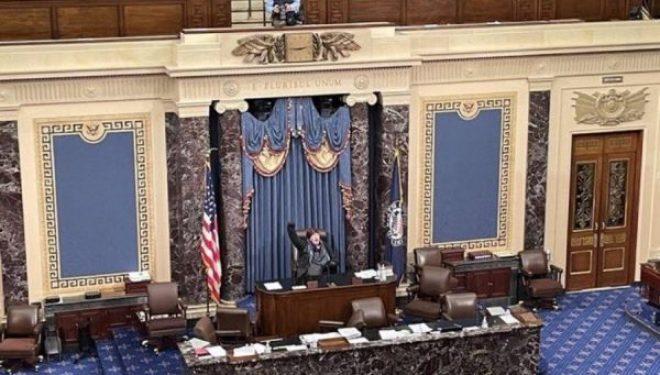 Protestuesja zë karrigen në Kongres, fotoja që po nxit reagime