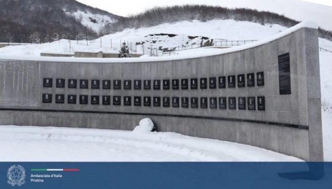 Ambasadori i Italisë në Kosovë përkujton 22 vjetorin e masakrës së Reçakut
