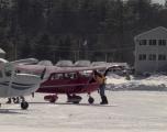Aeroport mbi liqenin e ngrirë, avionët ulen dhe ngrihen mbi akull
