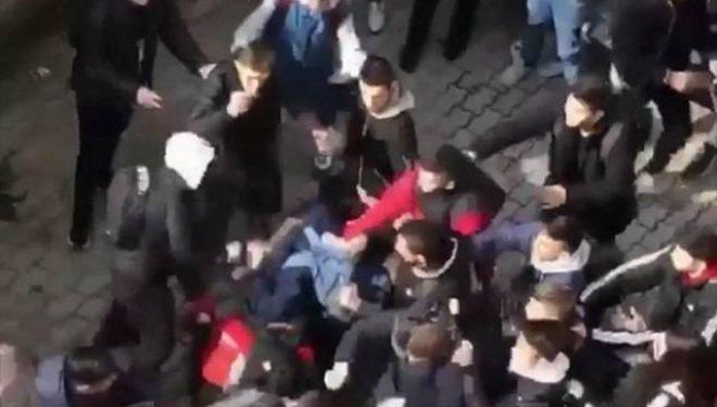 Momenti kur dhjetëra persona e sulmojnë djalin e Nenad Rashiqit (Video)
