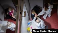 Një grua duke u vaksinuar me vaksinën kineze Sinopharm në Beograd.