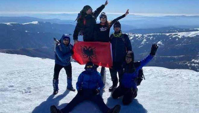 Flamuri shqiptar valvitet në majën më të lartë të malit në Serbi (Foto)
