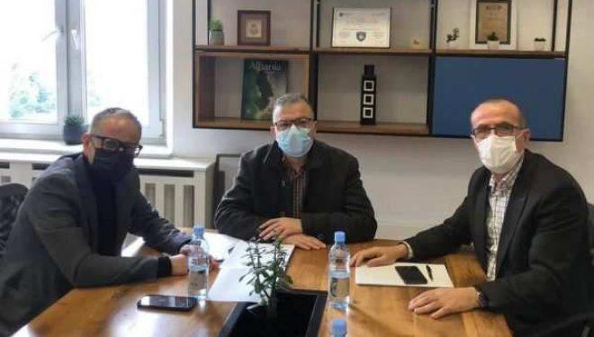 Vonesat me sigurimin e vaksinave, ministri Vitia e fton në takim Bekim Haxhiun e PDK'së që tha se ka kontakt me një kompani