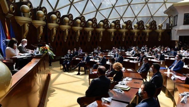 Kërkohet përgjegjësi për dy deputetët me COVID-19 të pranishëm në seancë
