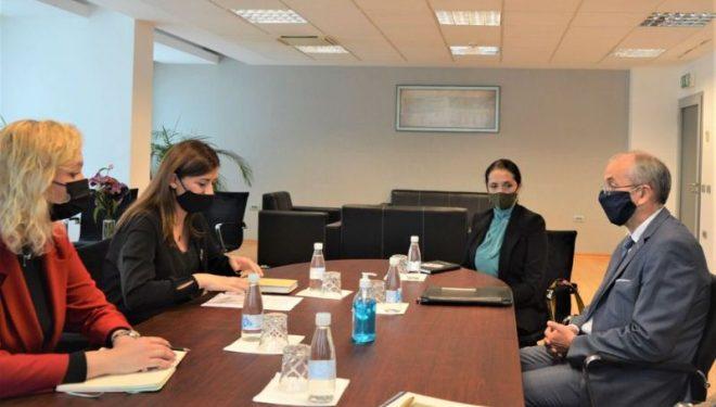 Ministrja Haxhiu priti në takim shefin e misionit të OSBE-së, diskutojnë për adresimin e krimeve të luftës
