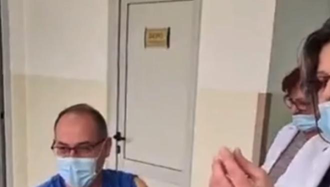 Ganimete Musliu reagon pas vaksinimit të Lul Rakës: I gjithë stafi mjekësor e ka vendosur gabim maskën