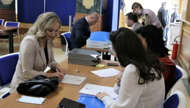 Deputetja e AAK-së thotë se s'ka angazhim nga Qeveria për sigurimin e vaksinës anti-Covid