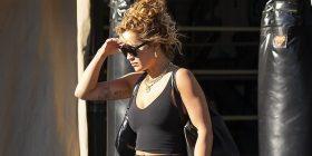 Rita Ora ekspozon linjat në veshje sportive