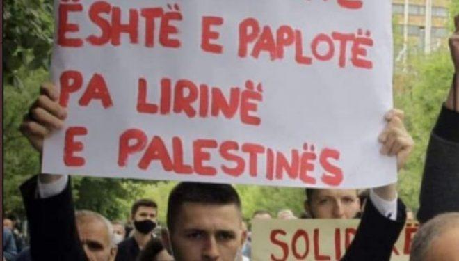 """""""Liria jonë është e paplotë pa lirinë e Palestinës"""" — Flet autori i pankartës, tregon arsyet pse shkroi parullën"""