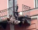 VIDEO/ Çifti bie nga ballkoni i katit të dytë ndërsa po ziheshin