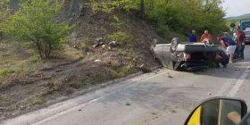 Rrokulliset vetura në rrugën Gjilan-Prishtinë, tre persona të lënduar