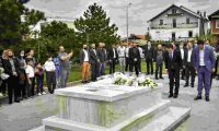 Kurti e Konjufca nderojnë heroin Agron Rrahmani në 23-vjetorin e vrasjes