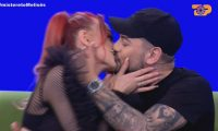 Nuk fshihen më, Melisa dhe Andi shkëmbejnë puthje në mes të emisionit