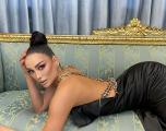 Modelja shqiptare tregon historinë: Partneri më mbante mbyllur