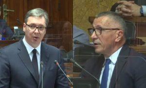 Kamberi – Vuçiqit në Kuvendin e Serbisë: Po negocioni me njerëz, fëmijët e të cilëve u vranë nga paramilitarët serbë