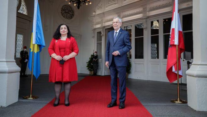 Presidentja Osmani nga Vjena i bën ftesë Vuçiqit të vendosë lule në Batajnicë, aty ku u gjetën fëmijë e gra të vrarë nga regjimi i Serbisë