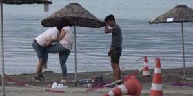Grushte e shkelma, gruaja rreh burrin në një plazh në Turqi (Video)