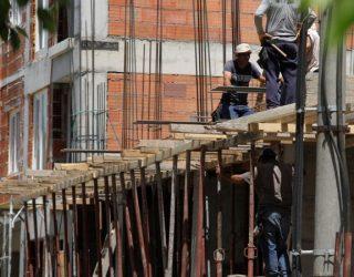 Punëtorët e ndërtimtarisë punojnë në temperatura mbi 40 gradë Celsius